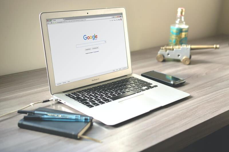 Laptop Google keresővel